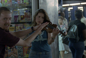 Leila beim Geigenspiel in der Hall