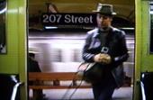 Mann sitzt in der subway-station
