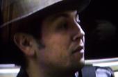 Mann mit Hut guckt auf